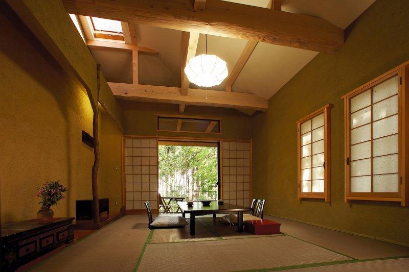 天窓付きの開放的な梁天井